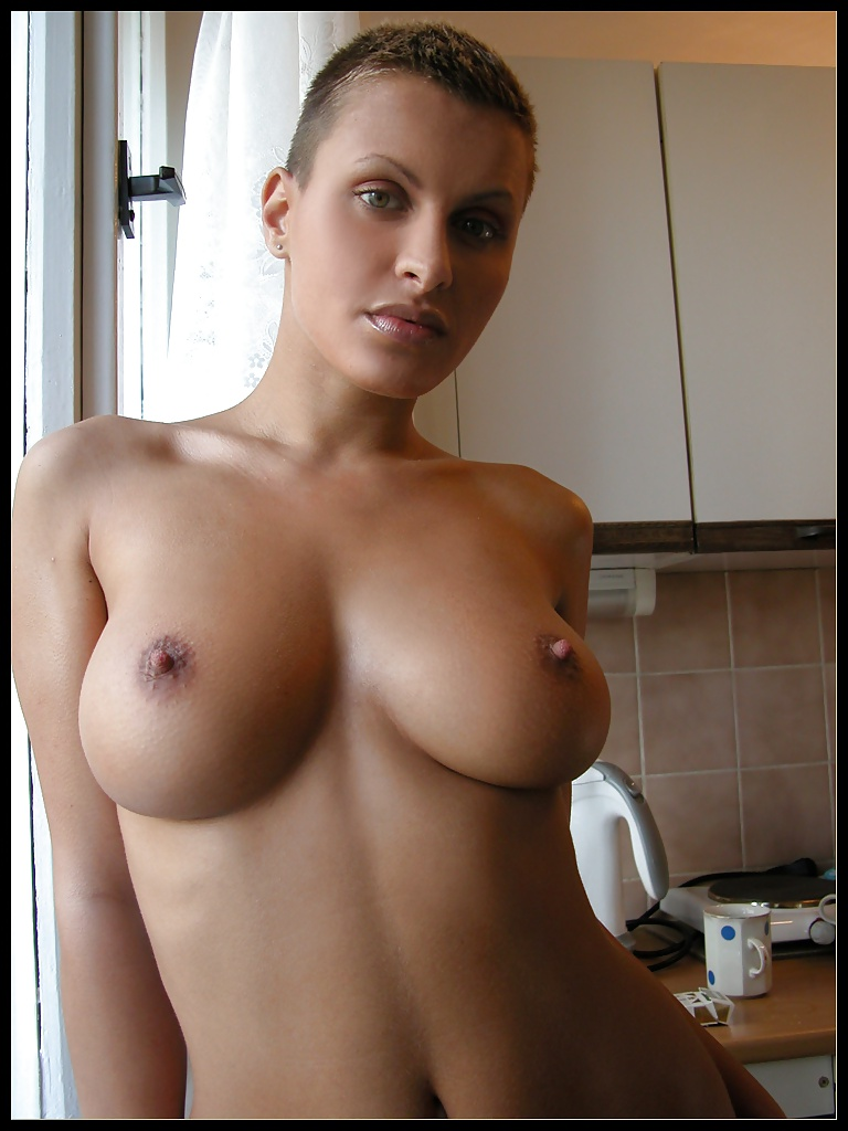 prim-short-haired-busty-blonde-nude-andersons-pussy