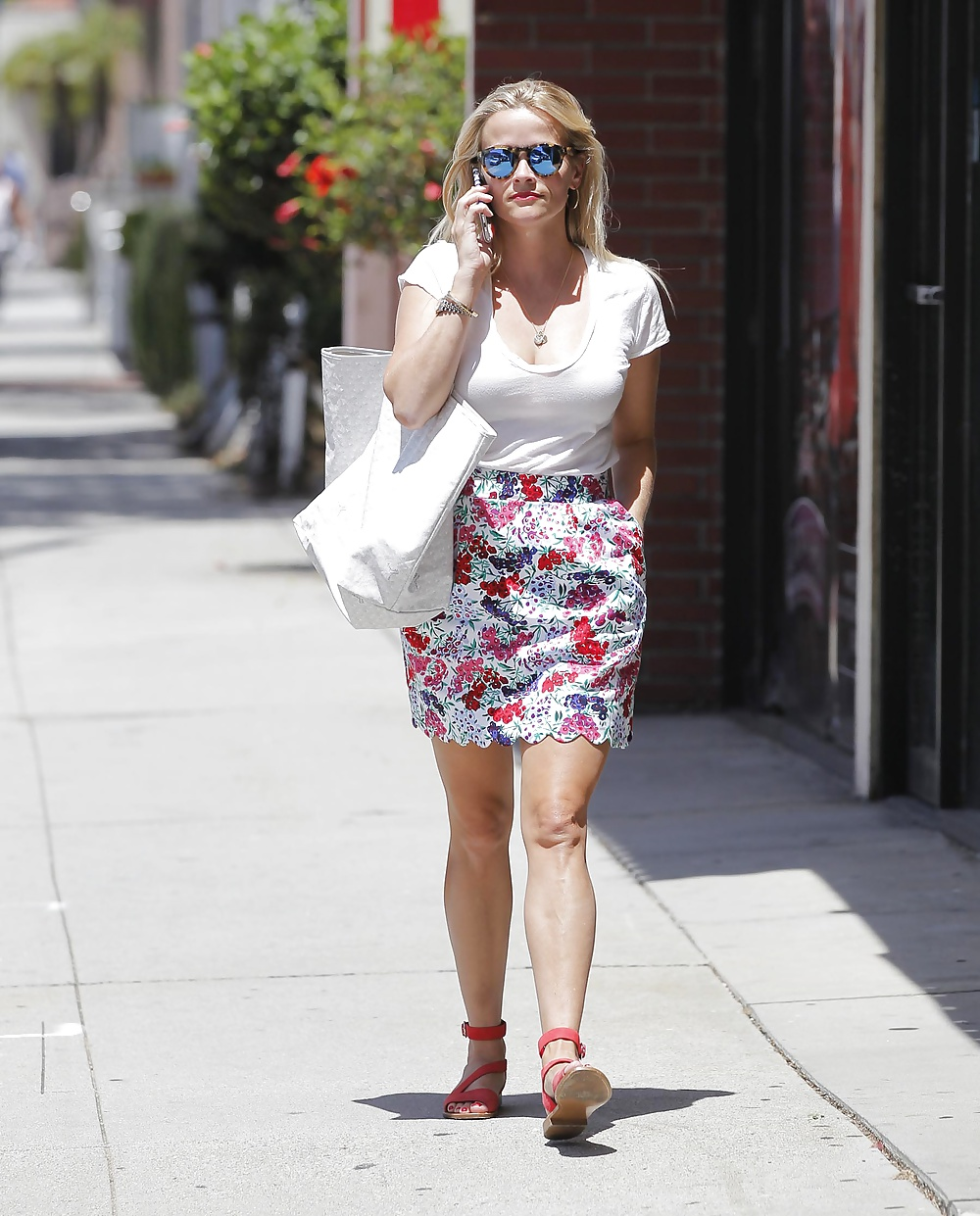reese witherspoon upskirt