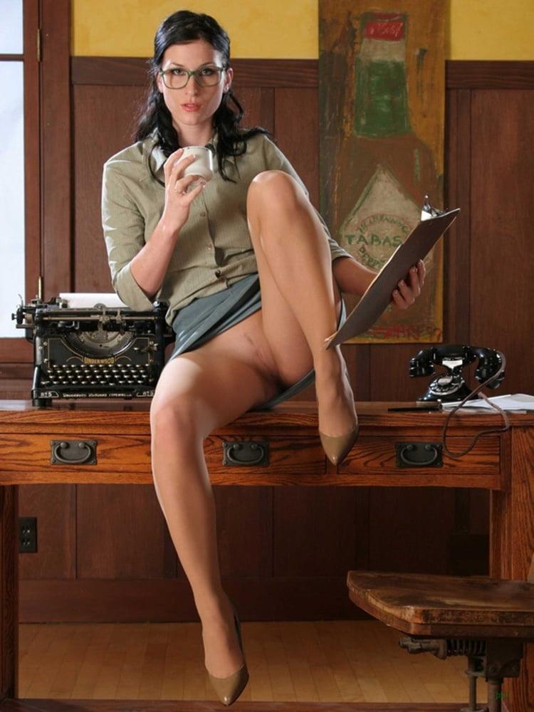 Женщины в коротких лифчиках без трусов фото резко дёрнула