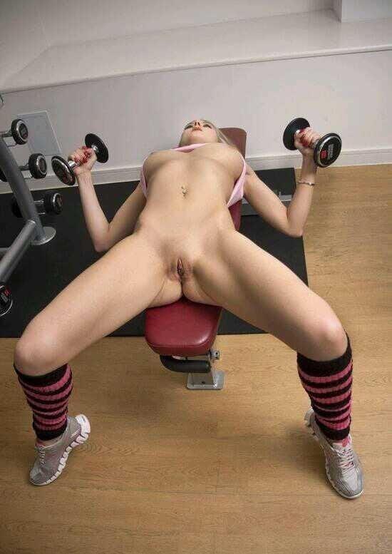 раздевается на тренировке - 3