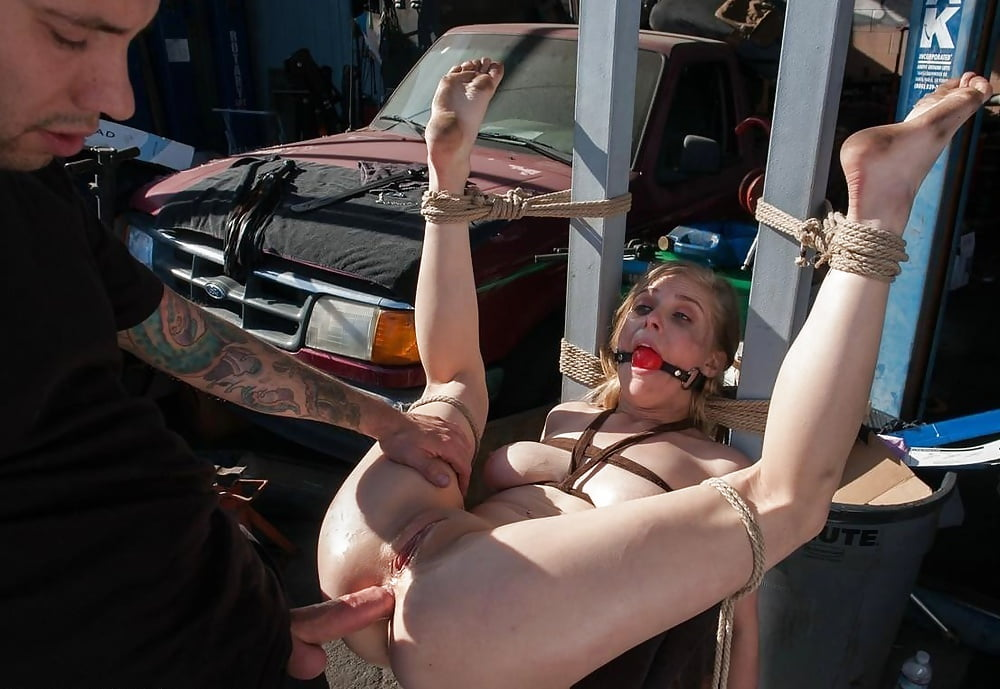 Порно бдсм ебут в гараже