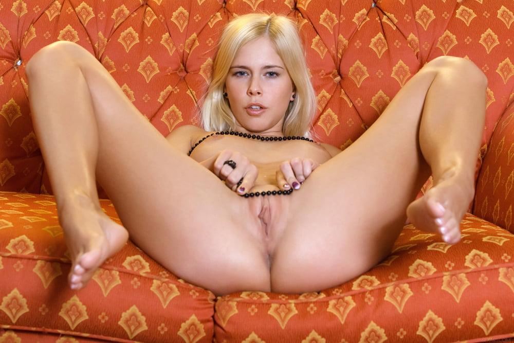 Blonde et sofa orange - 114 Pics