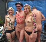 naakte mannen met topless dames