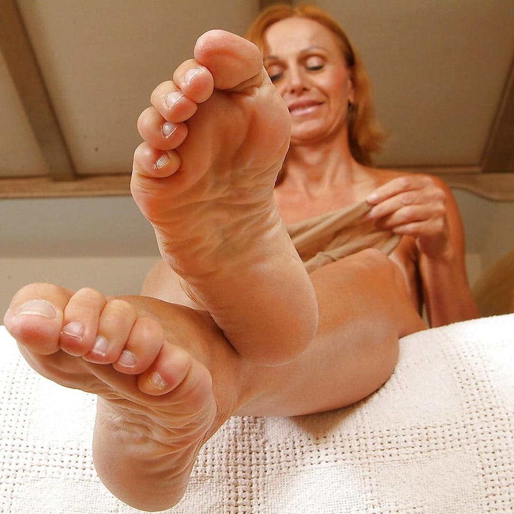 лизать старушке пальцы ног смерти родителей