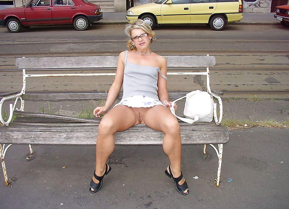 Порно видео на улице под юбкой нет трусов или стринги