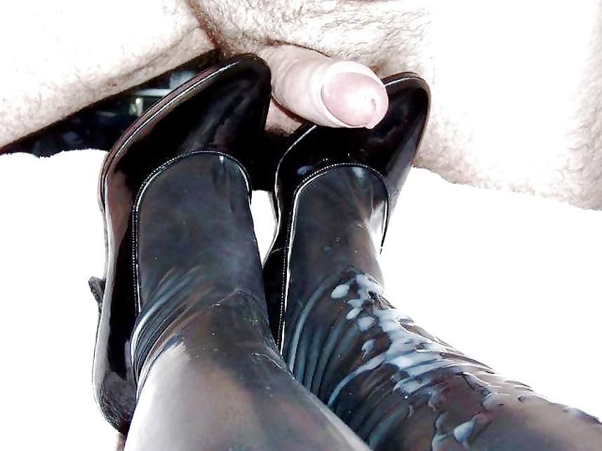 женские ножки в сперме и сапожках брюнетка невероятно