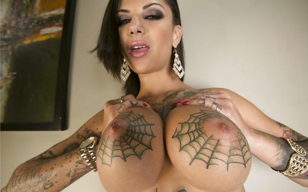 Порно звезда с татуировкой красной сердечки на груди онлайн тайского массажа
