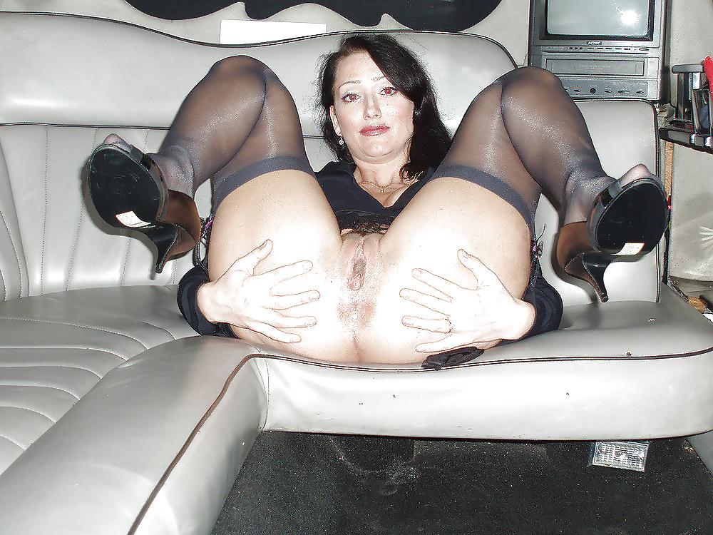 Задницу эро фото зрелых дам широко раздвинула ноги в чулках снятое дома