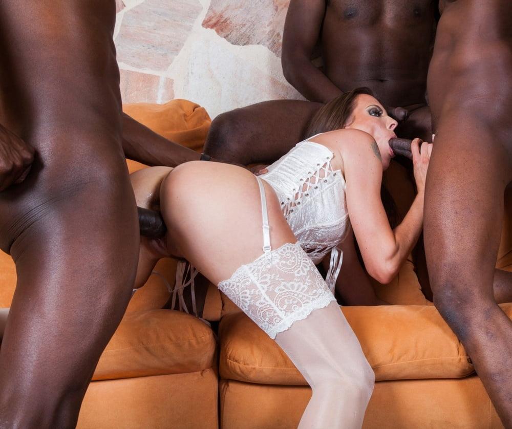 Белых в чулках в порно ебут негры