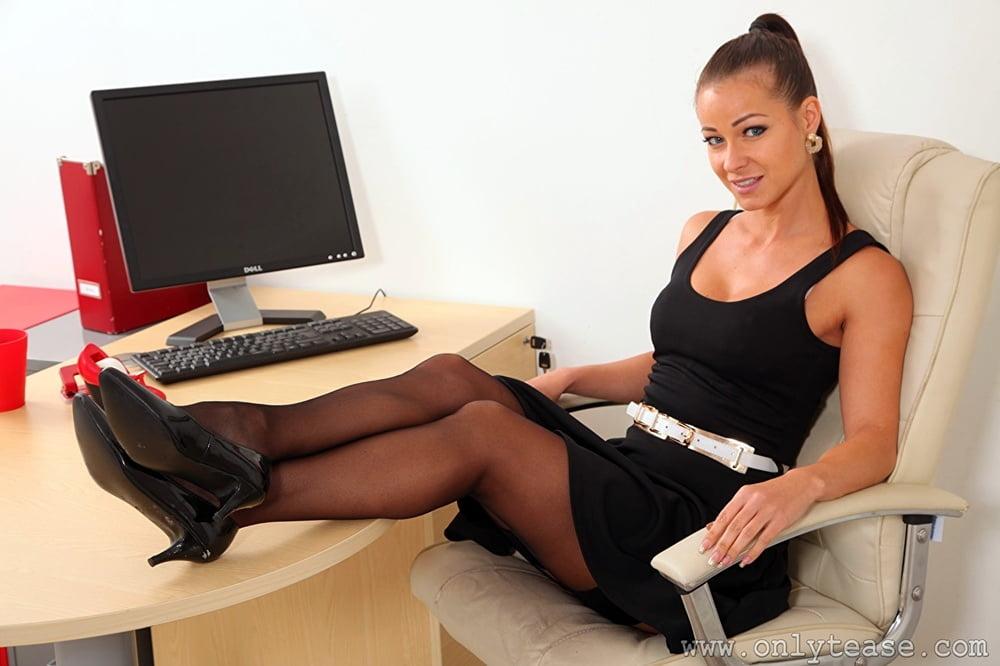 сексуальная секретарша вся в красном