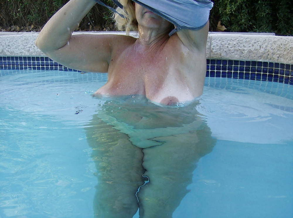 moms-naked-at-the-pool
