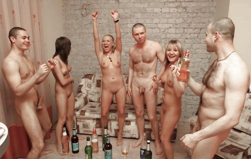 podruzhke-tualete-studentki-smotryat-na-golih-parney-chuvstvuet-devushka-pri