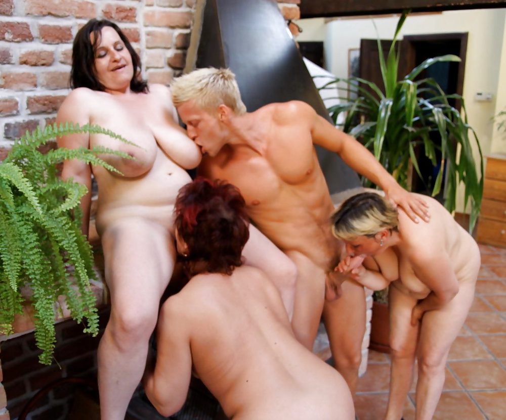 Порно Зрелые Женщины И Молодые Парни Группы