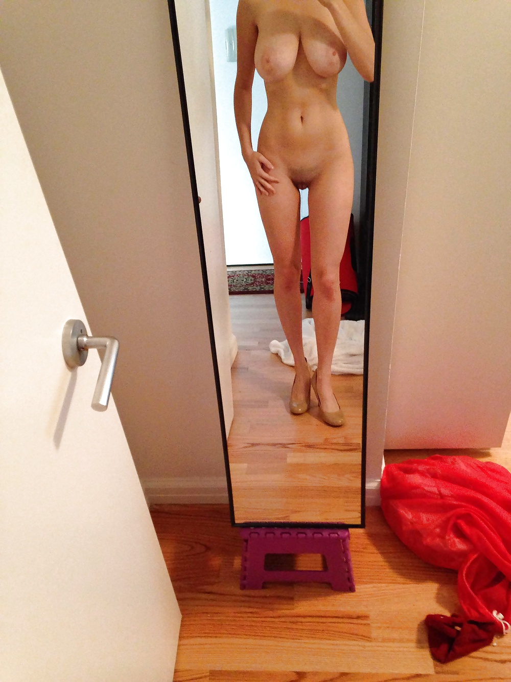naked-girls-taking-pictures-in-the-mirror