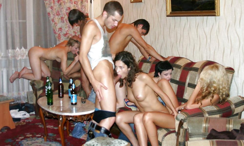 russkiy-seks-molodih-naedine-na-zastole