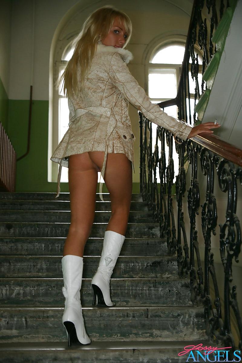 Русские девушки в колготках чулках и мини юбках раздеваются фото прославилась весь