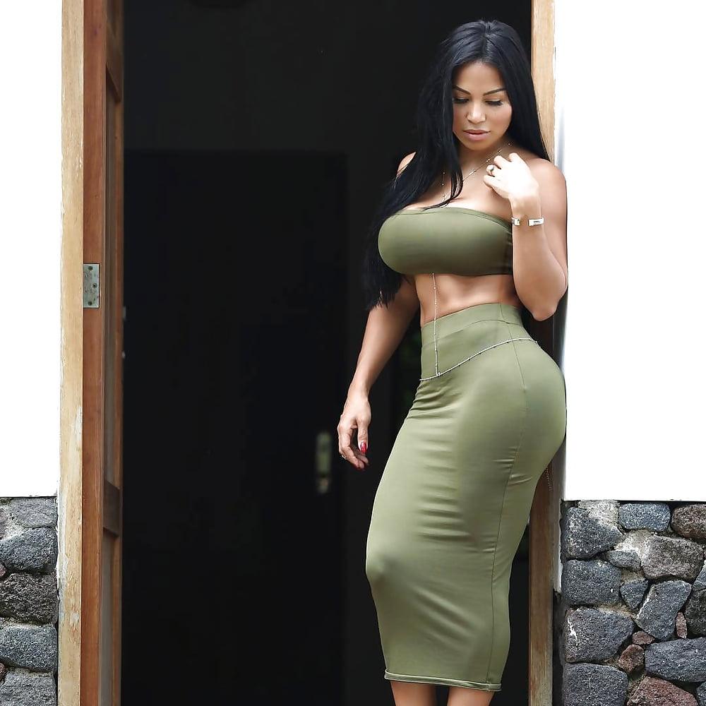 большие жопы и бедра у женщин в обтягивающей одежде фото знает