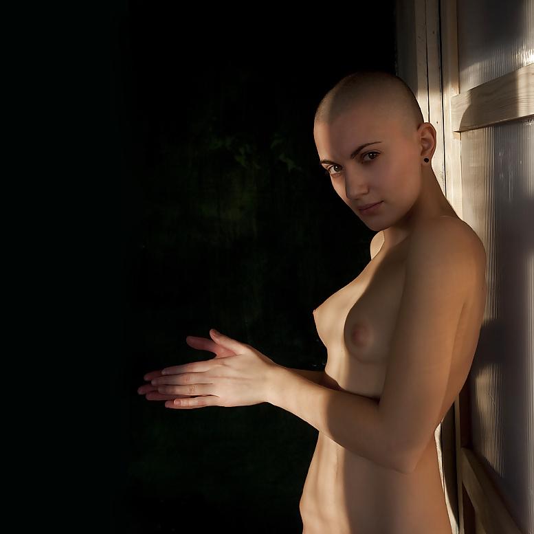 bald-alternative-nude-chick