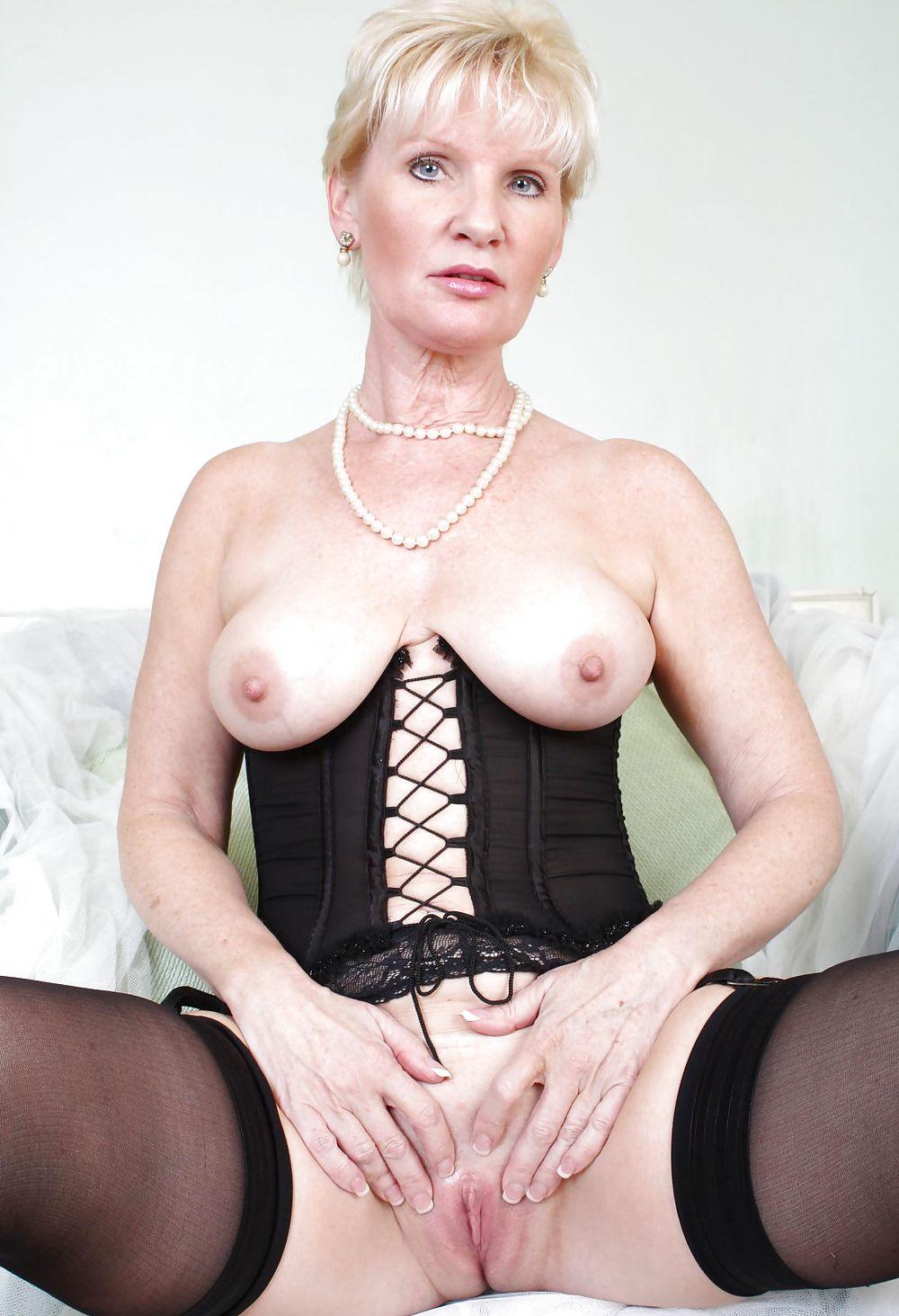 foto-mature-ustroila-porno-razgovarivaet-po-telefonu-a-ee-ebut