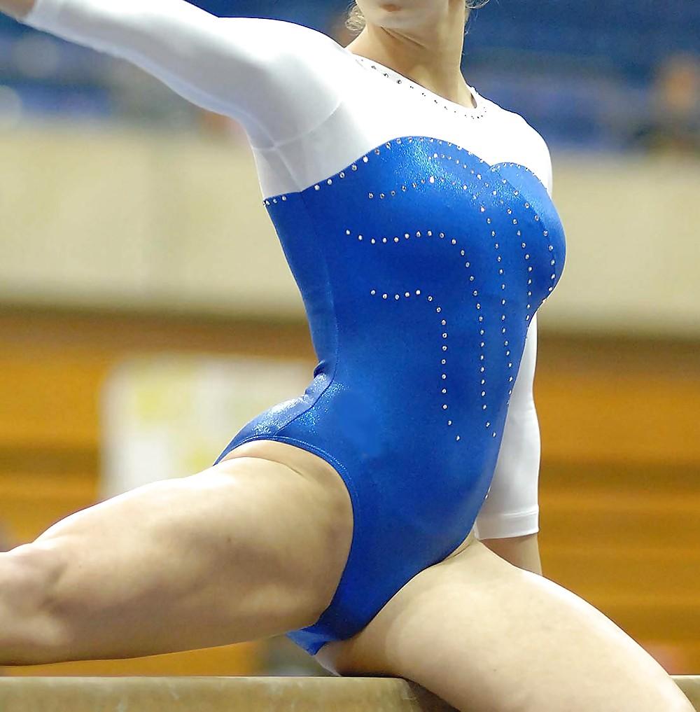 Рваные трусы у девушек в спорте