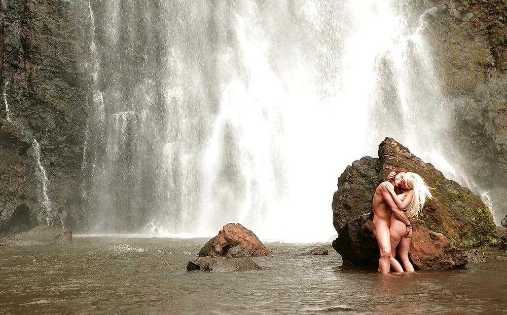 Секс у водопада смотреть онлайн, несколько мужиков кончают внутрь одной бабе
