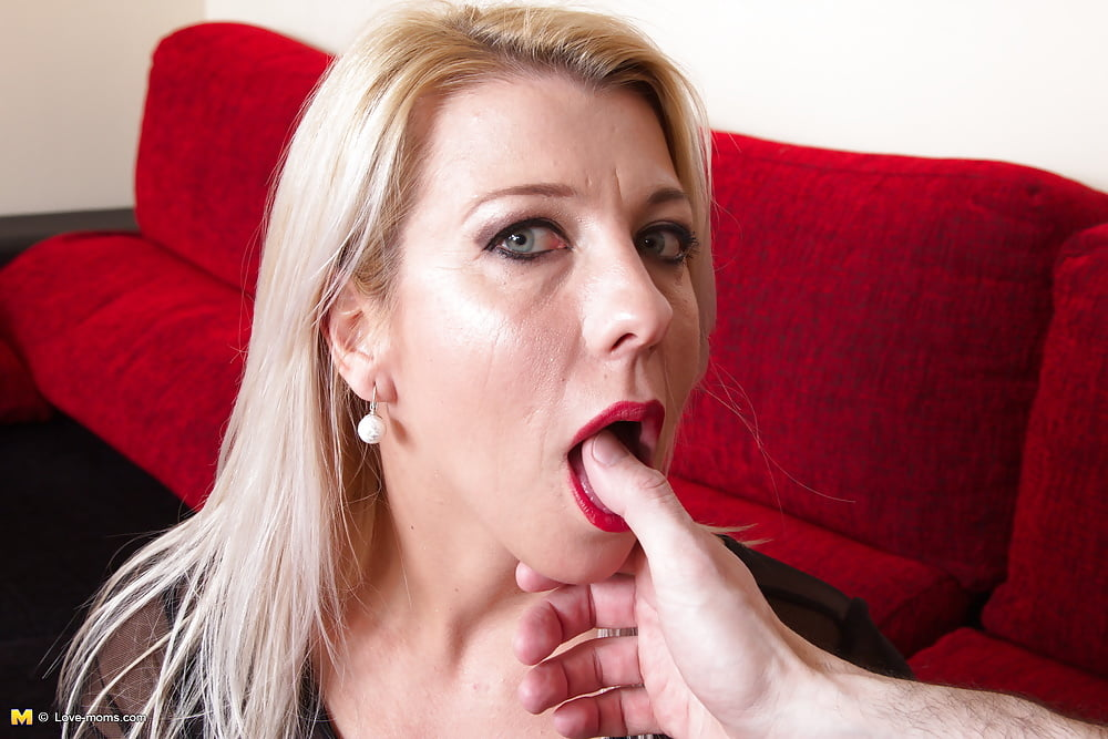 Awesome Milf With Gorgeous Eyes Is Giving A Head In Close