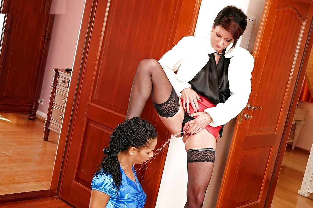 Хозяйка домогается до подчиненной лесбиянки 15
