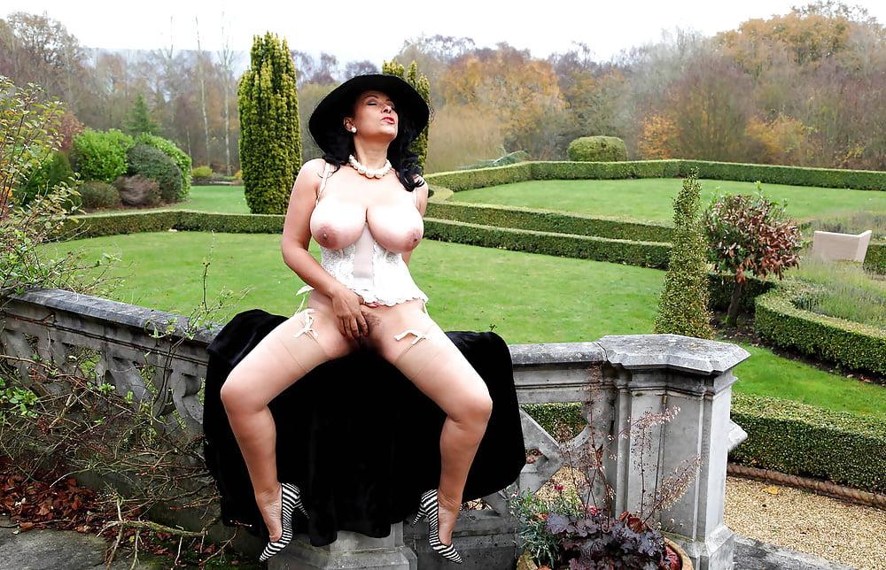 голые зрелые женщины в шляпах грудь поднялась