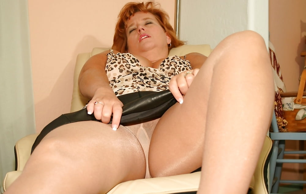 Sexy Mature Moms In Pantyhose Posing