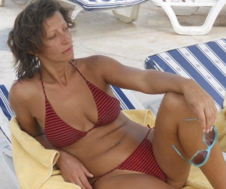 Cougar bikini porn pics