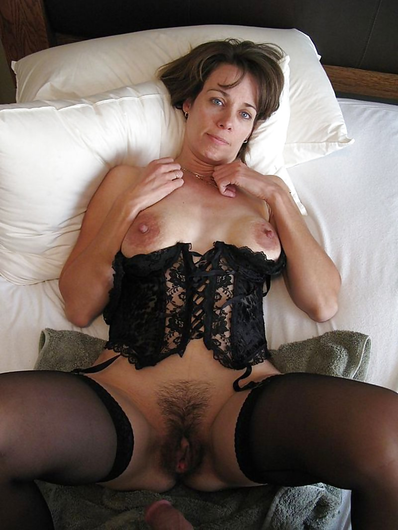 hot-brown-haired-milf-woman-bloody-period-photos