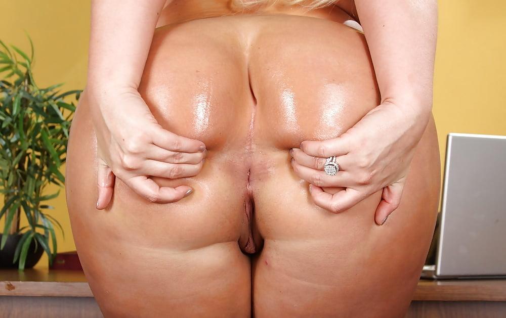 Torrid belgian hottie julie skyhigh exposes tits and gives bj to random dude