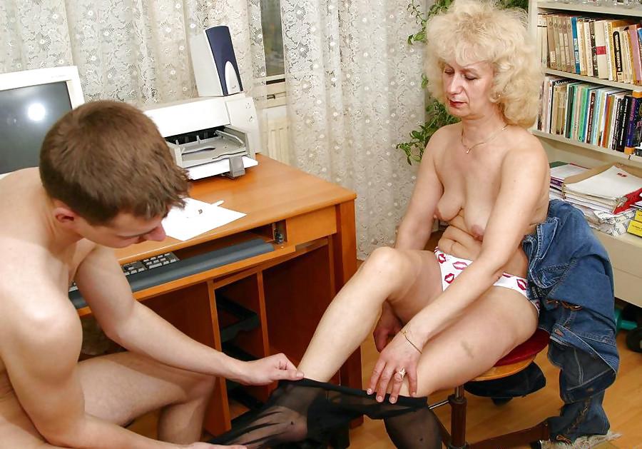 порно мамка раздевается перед парнем а затем сосет - 2
