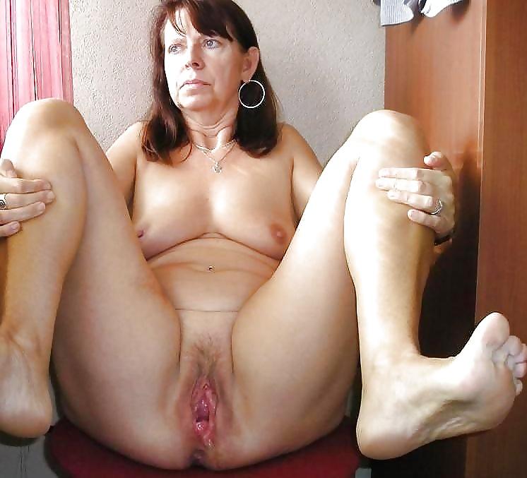 Grey Doll Pussy Posing Bare