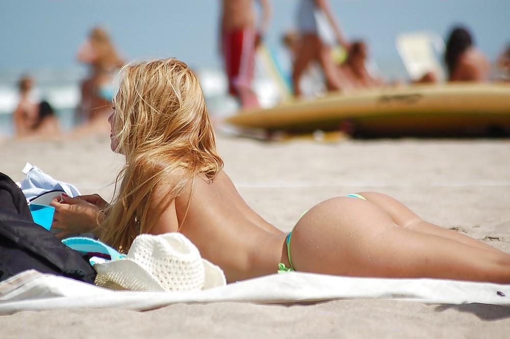 Sexy babe nella public nudity