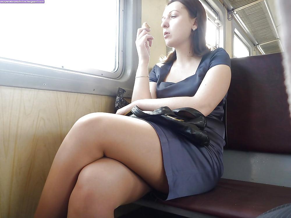 лице лезут под юбку в поезде видео рабочими