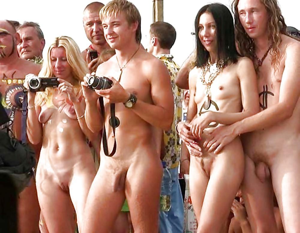 Фото голый парень развлекает девушек, порно ролики в поездах