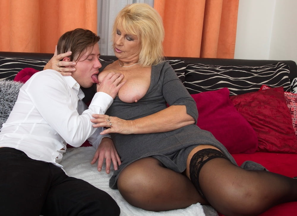 mature-ladies-looking-for-young-nikki-rhodes-blowjob