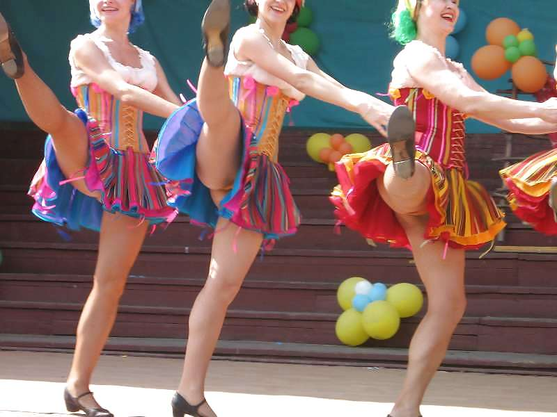 танцует в платье без трусиков - 10