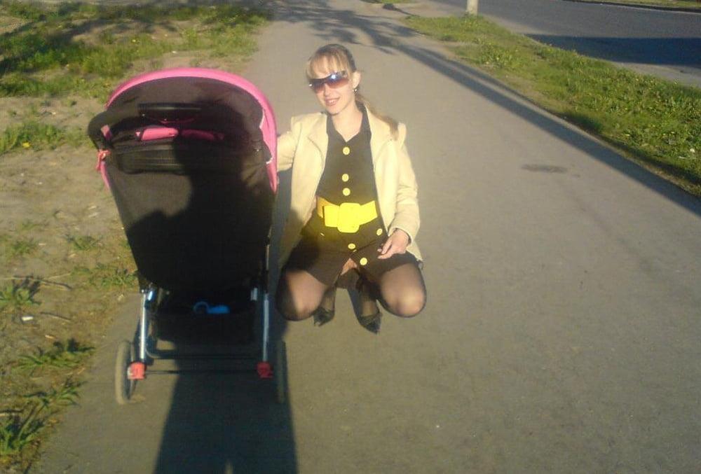 Фото без трусов на улице с коляской — 15
