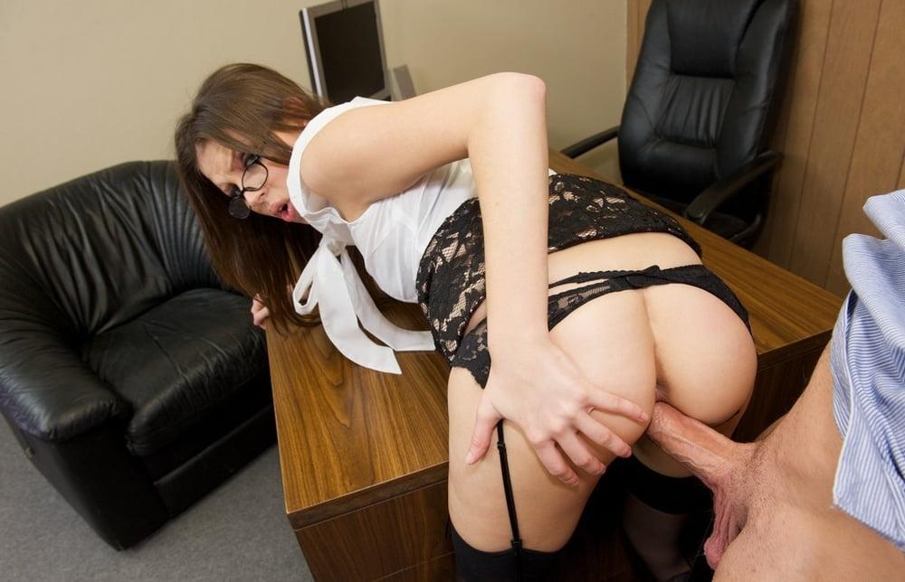 Порно молодая дама устраивается на работу, дамочки с дилдо