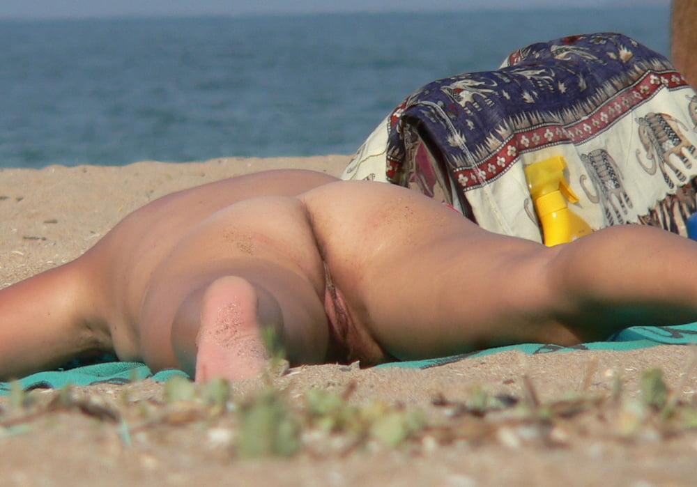 Девушка стесняется снять трусы на пляже — 15