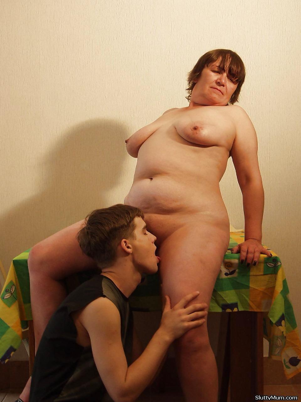Толстая мамочка разделась и трахается