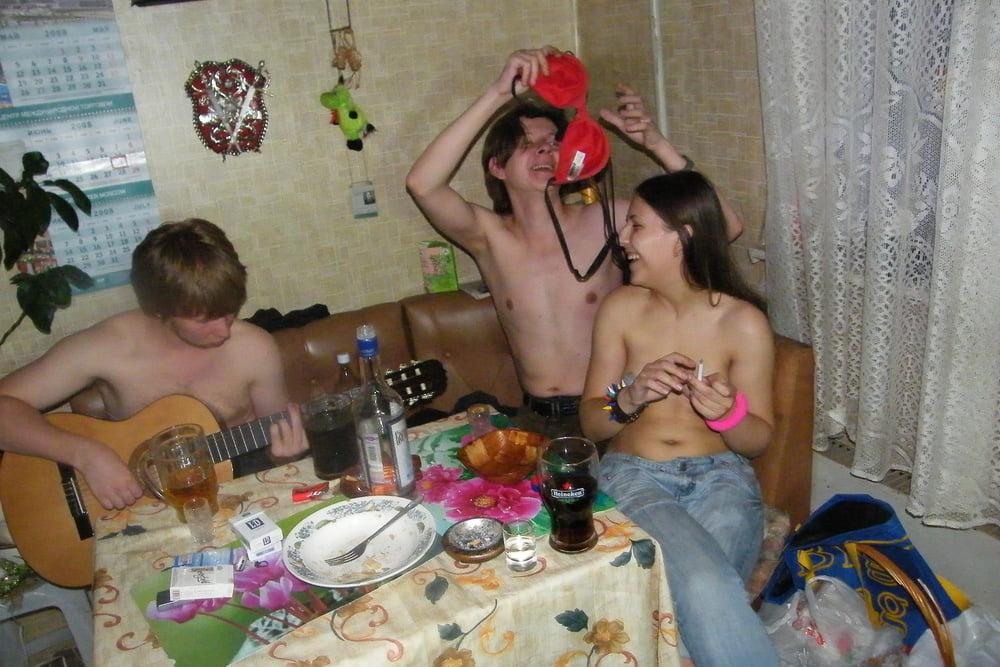 Русская молодежь одни дома освоились части