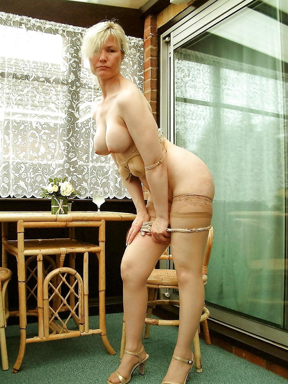 Белобрысая зрелая дама раздевается фото