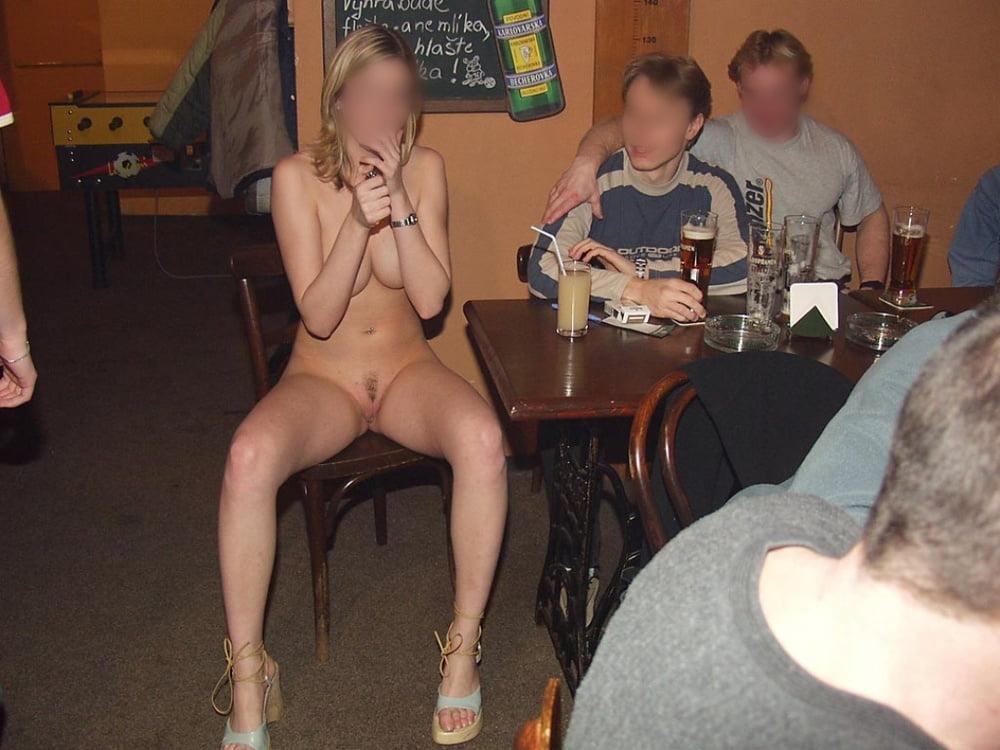 девушки большими фото голой и пьяной среди мужиков сексапильная сношалка-блондинка развлекается