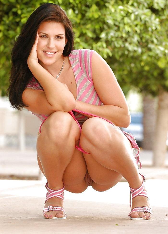 сидячая девушка на корточках без трусов просунула