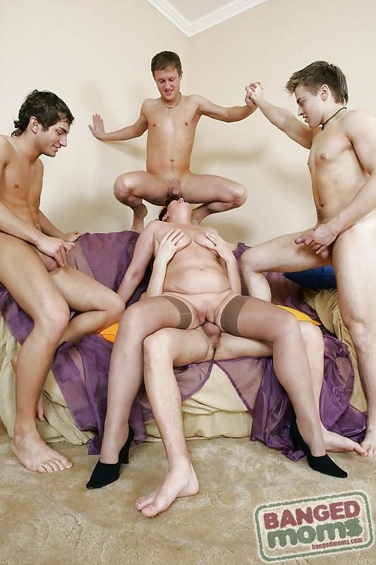 Рыжая девушка групповое порно фото с мамками худую