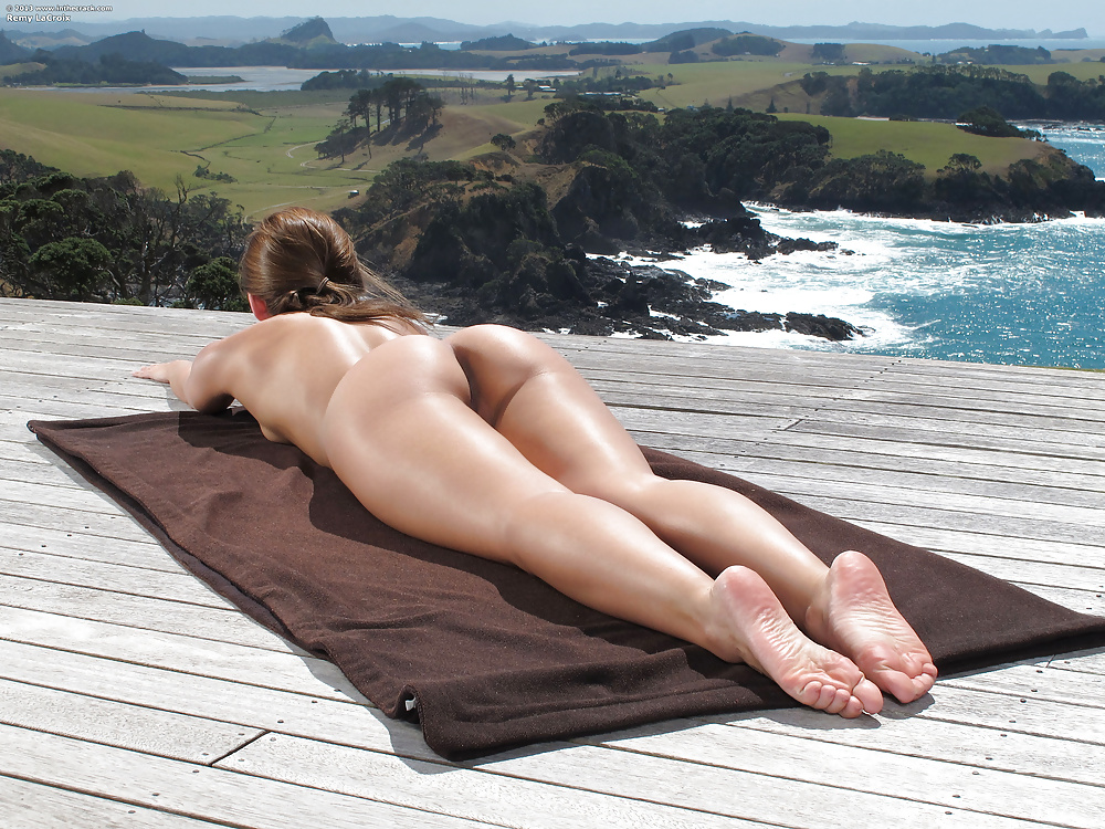 Naked big butts yoga, anna hutchison nude pics