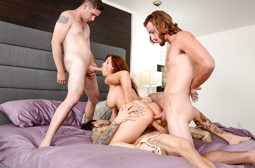 Порно трое на сексуальную мамку — pic 11